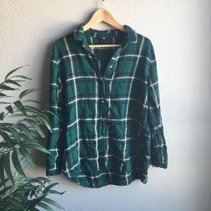 green white buttondown long-sleeved flannel shirt